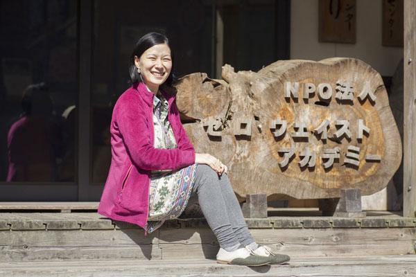 Akira Sakano trots voor de ingang van het Zero Waste Lab Kamikatsu.