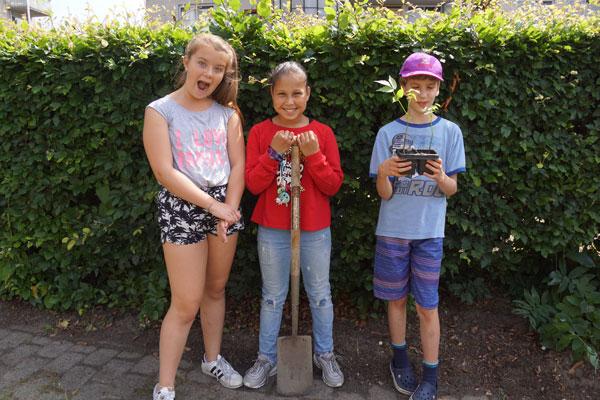 kinderen bij groen schoolplein